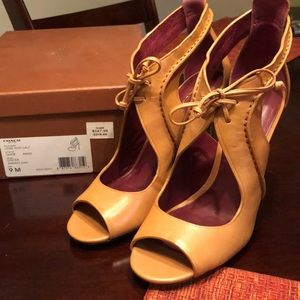 Gorgeous Coach shoes never worn a steal!